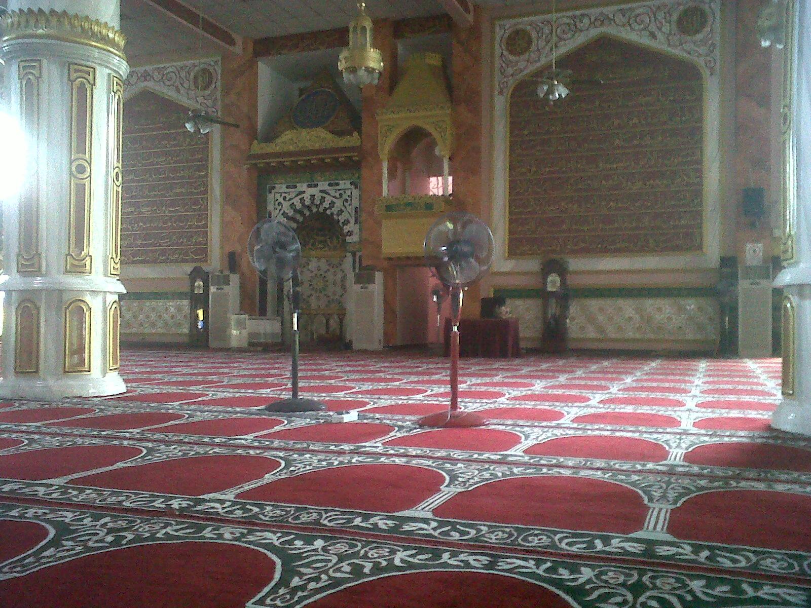 ... dengan hiasan dia. Lain dari masjid-masjid yang ada kat Malaysia