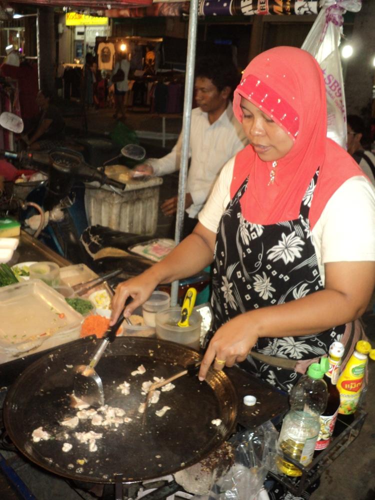 Kakak ni tengah masak pad thai aku.. hehe
