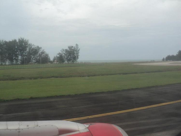 Lapangan terbang ni tepi laut weyhh. Hehe