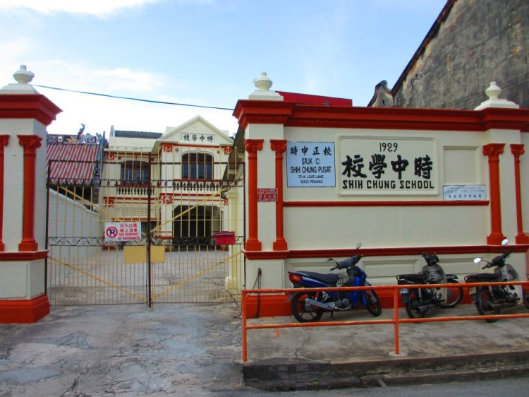A Chinese National-Type [Vernacular] Primary School, right in front of our hostel.  A very small school cramped between old buildings, established in 1929...