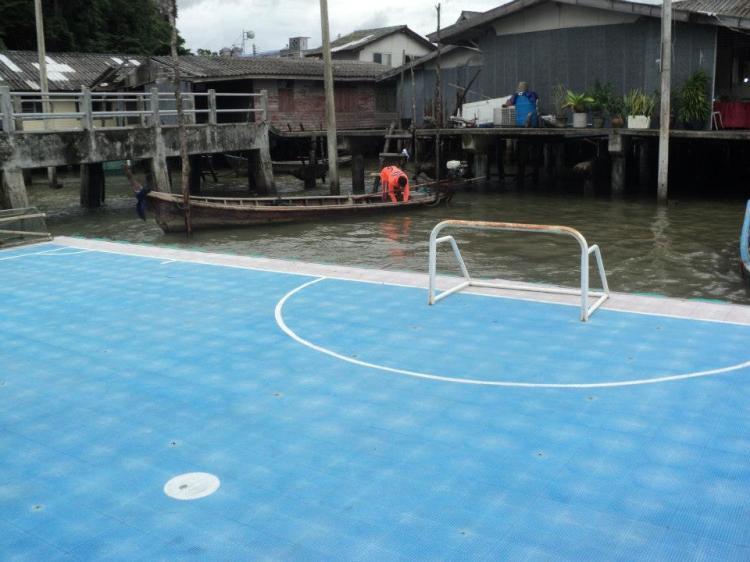 Floating futsal court. Ni kalau bola jatuh atas air... Hebat2! hehe