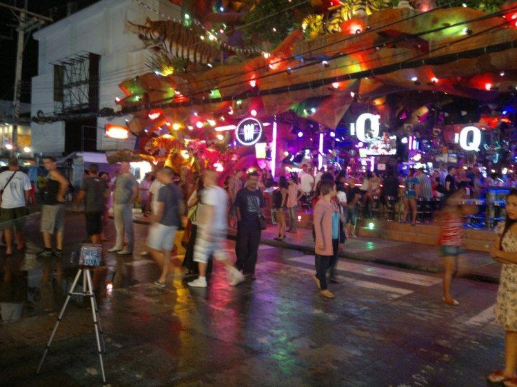 Kat depan Tiger Discotheque, antara discotheque terbesar kat sini. Ada free show tarian tiang kat depan pintu masuk. Cuba tengok betul-betul, nampak tak? Haha
