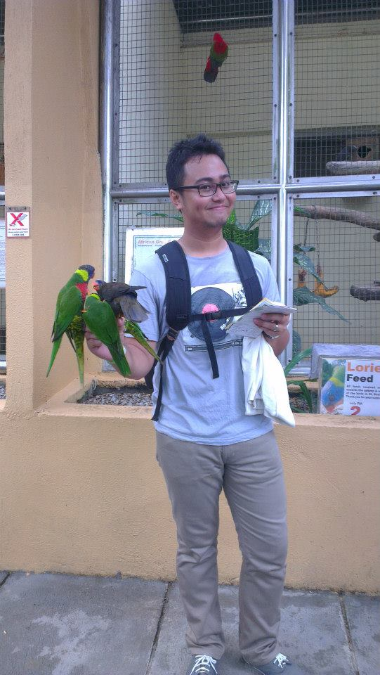 Instead of paying RM 10 to take photos with 2 birds, you can spend RM 2 here and take photos with unlimited parrots who will come to you![coz' with that RM 2, you will be given a glass of parrots food]